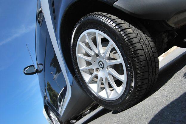bil med snygga däck och fälg